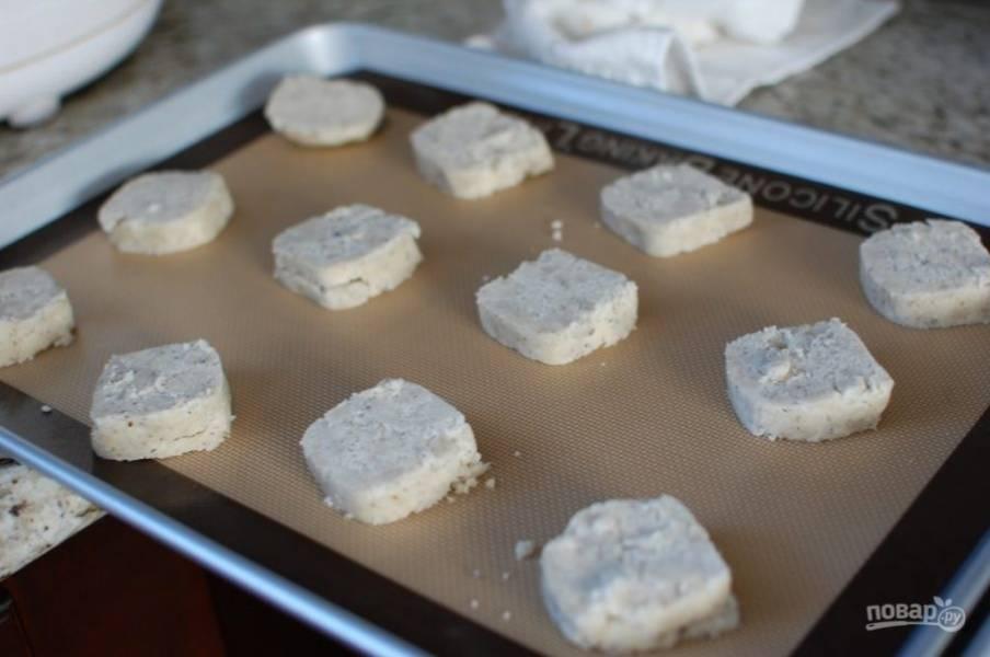 4.Достаньте тесто и разверните пленку, нарежьте его кусочками и выложите на противень.