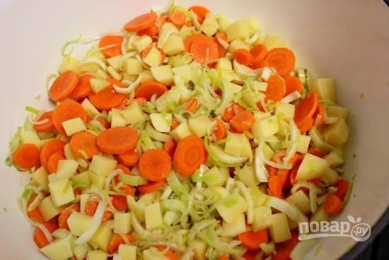 4. Очистите и измельчите картофель, морковь, сельдерей. Выложите все и продолжайте обжаривать еще минут 5.