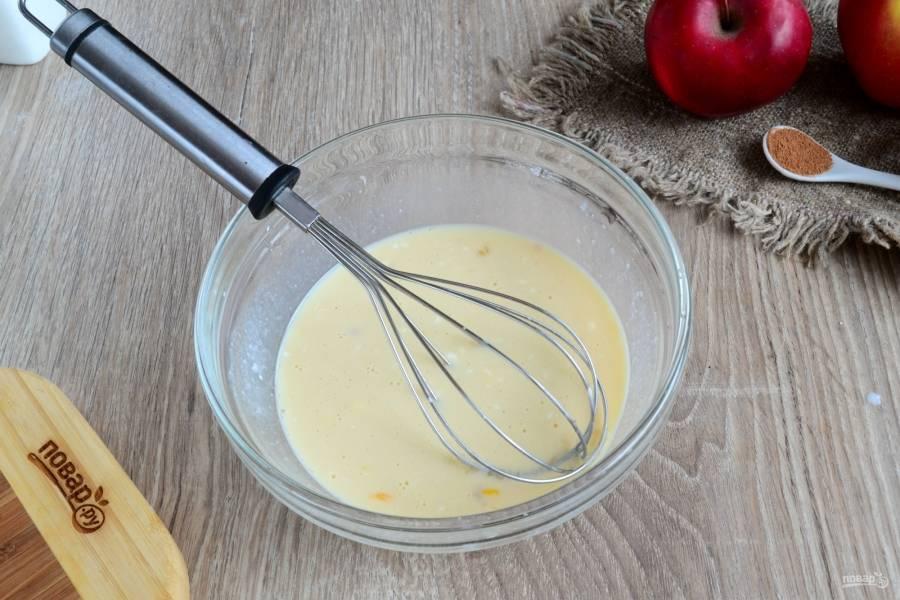 Затем добавьте яйцо и сметану. Хорошо размешайте.