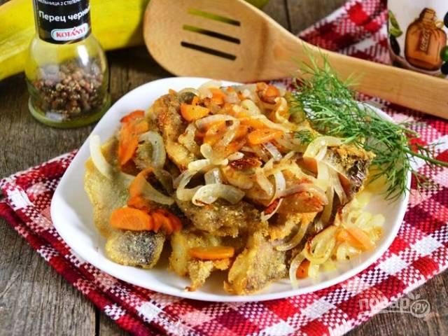 Минтай, жаренный с луком и морковью