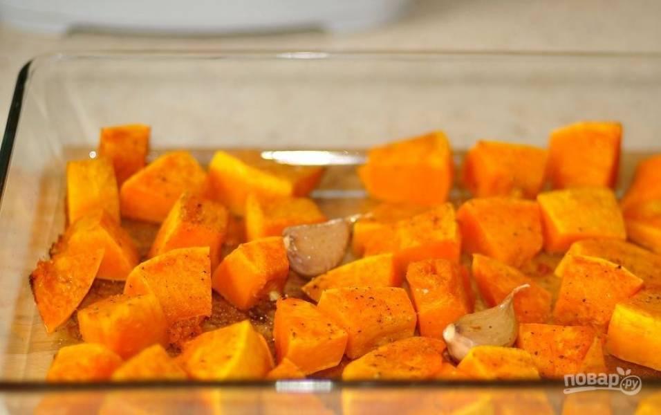 Разогрейте духовку до ста восьмидесяти градусов и запекайте в ней тыкву около двадцати-тридцати минут, пока кусочки не станут мягкими.