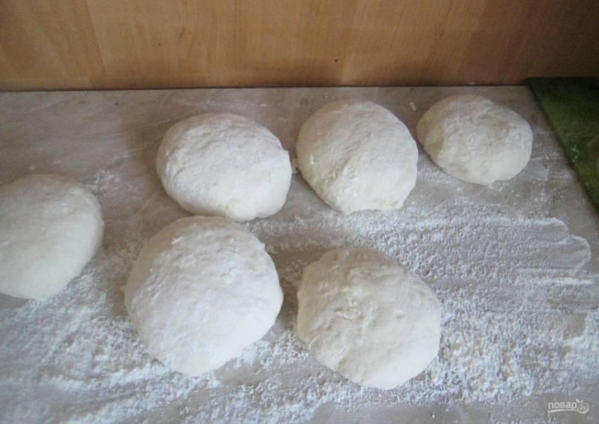 6.Через 30 минут разделяю тесто на несколько частей, сминаю в несколько комов и снова оставляю их на 20 минут.