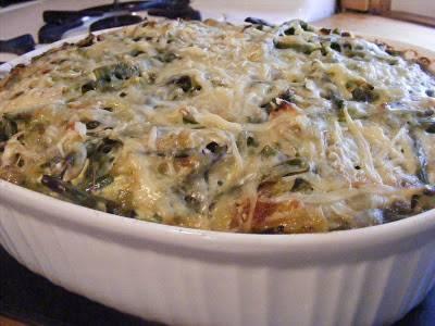4. И только через 40 минут крышку (я закрывала куском фольги для запекания) снимаем, и посыпаем тертым сыром. Далее пусть запекается, пока весь сыр не расплавится. Приятного аппетита!