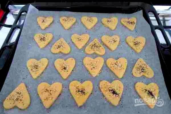 6.Сверху посыпьте печенье смесью семян и выпекайте в духовке, нагретой до 180 градусов, в течение 10-15 минут.