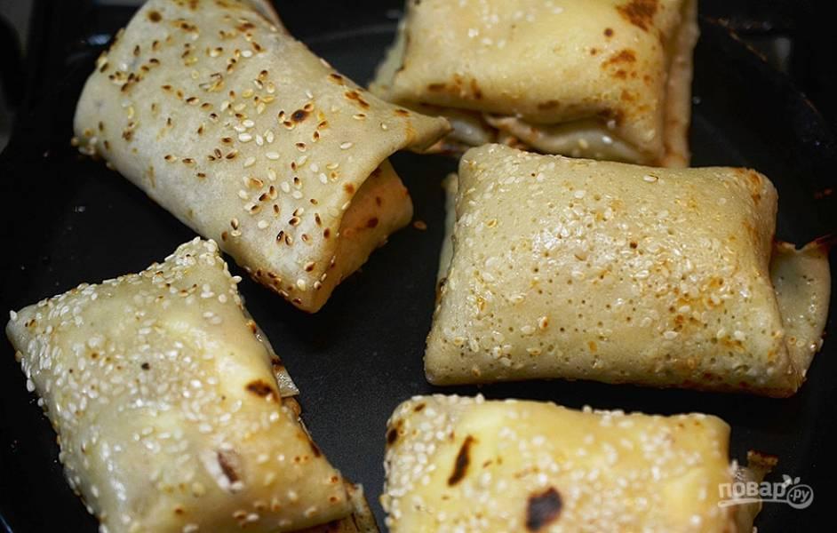 8. Выложите блинчики с творогом в сковороду и обжаривайте до золотистого цвета.