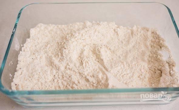 1. В глубокой емкости смешайте муку, соль, перец и чеснок.