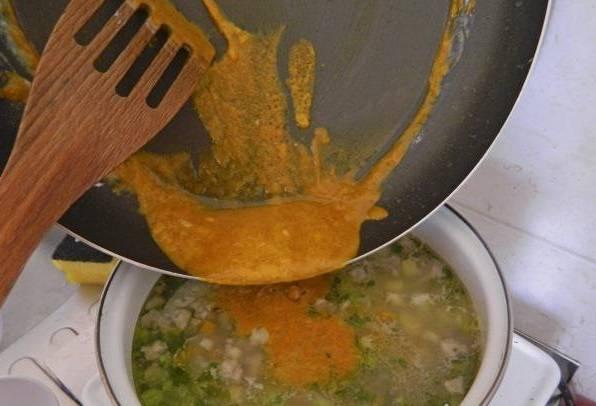 Помещаем муку с паприкой в кастрюлю. Варим еще 20 минут, чтобы удалить мучной привкус в супе. После приготовления, для необходимого результата, рекомендуется настоять чорбу еще 30 минут.