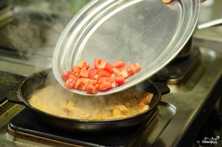 Через 10-12 минут тушения курицы,  добавляем кубиками нарезанные помидоры, конечно же, без кожицы.