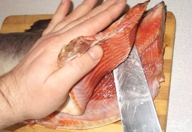 1. Свежую рыбку вымойте и очистите от внутренностей, удалите у неё голову. Аккуратно срежьте половину филе.