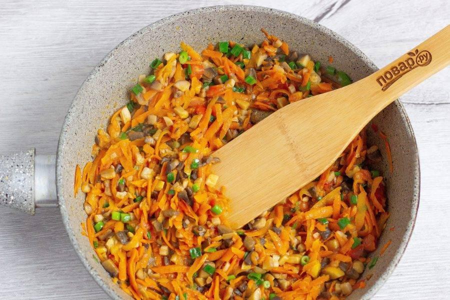 На сковороду добавьте немного растительного масла и обжарьте морковь в течение 1-2 минут, затем добавьте грибы, томат и в последнюю очередь лук.