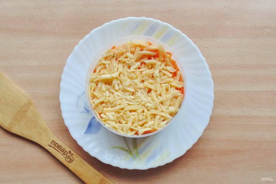 Твердый сыр натрите на терке и выложите последним слоем.