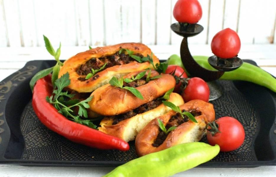 Подавайте чуть отмякшими горячими, посыпав сверху свежей петрушкой, кинзой и мятой.