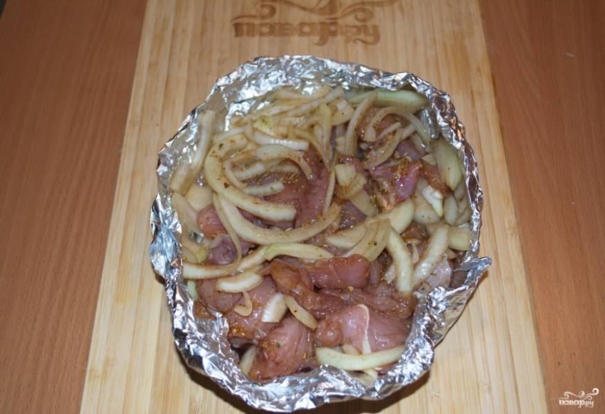 Поставьте в духовку и при 200 градусах и запекайте до готовности. Мясо приготовится быстро. На это уйдет около 30 минут.