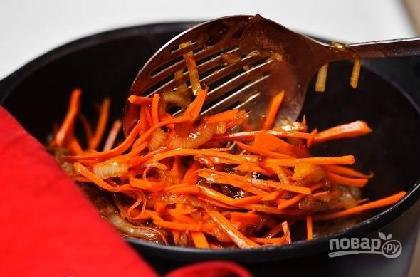 7. В процессе аккуратно перемешивайте, чтобы овощи равномерно прожарились.