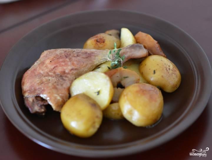 За 10-15 минут до готовности снимите фольгу и дайте утке подрумянится.  Подавать можете готовые утиные окорочка в духовке с яблоками, украсив их веточками тимьяна. Приятного аппетита!