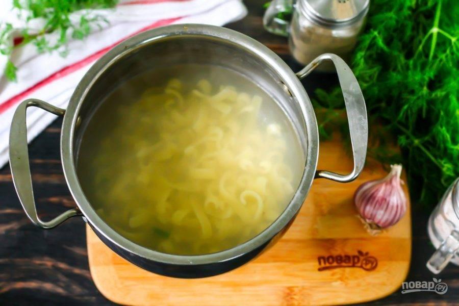 Вскипятите воду в кастрюле или ковше, добавьте туда щепотку соли и всыпьте пасту. Отварите согласно инструкции на упаковке (примерно 7-10 минут).