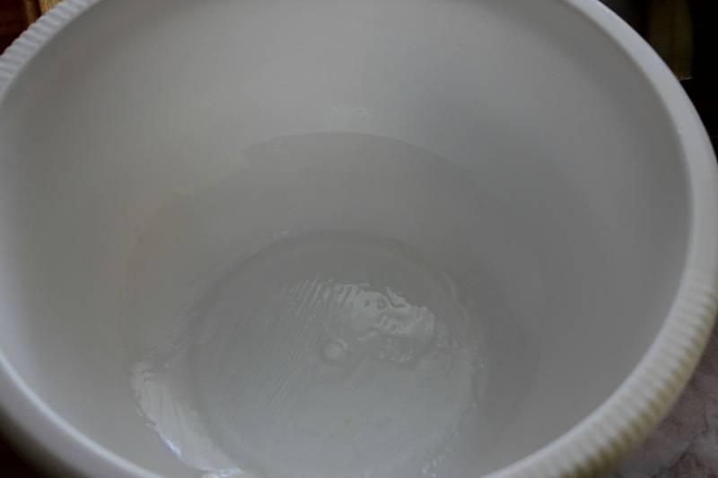 Замешиваем тесто нужно руками и очень тщательно, не менее 20 минут. Затем мы берем глубокую миску (ведь тесто будет расти) и смазываем ее оливковым маслом.
