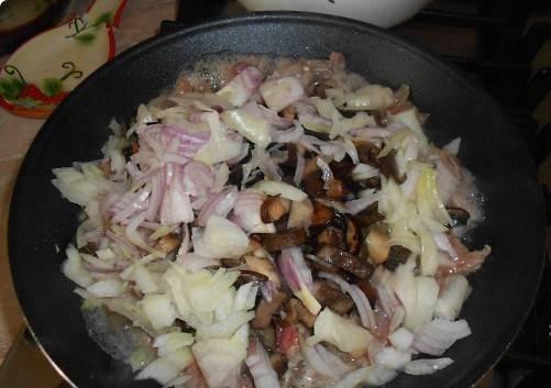 1. Говядина и грибы - отличное решение для приготовления жульена. Говядину предварительно следует отварить до полной готовности. У меня часто такое мясо остается после того, как я его варю в бульоне для борща. Получается приготовить сразу два блюда - первое и закуску. Отправляем уже готовую говядину (нарезанную соломкой) на сковороду.