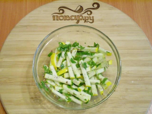 Перемешайте. Салат готов! Если не любите горчицу, тогда влейте пару капель яблочного уксуса вместо неё.
