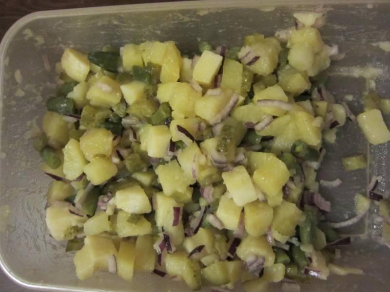 5. Немного перца (можно использовать в этот простой рецепт салата с картошкой и солеными огурцами и другие специи по вкусу) и растительного масла. Заправьте и перемешайте салат.