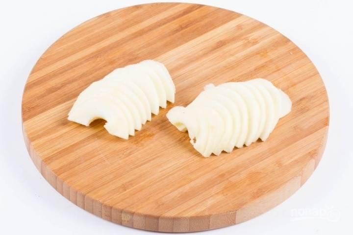 7.Каждое яблоко разрезаю на 2 части, вычищаю семечки и срезаю кожуру, нарезаю яблоки ломтиками толщиной около 3-5 миллиметров.