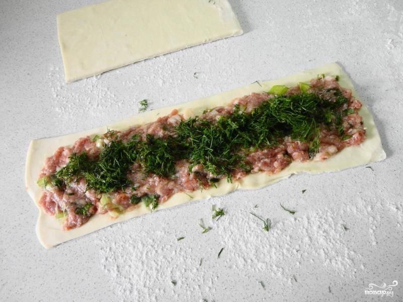 Тесто делим на 3 колбаски, раскатываем каждую в длину. Фарш распределяем по пластам теста, посыпаем рубленым укропом, защипываем каждую колбаску по длине.