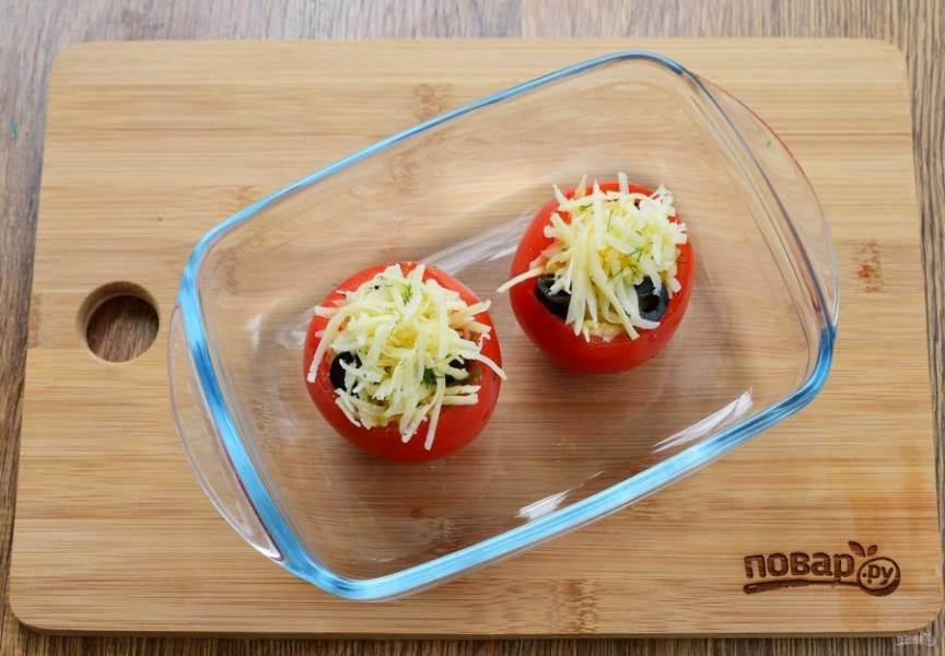 """Разложите сыр с укропом и маслины по томатным """"чашам"""", залейте взбитым яйцом поперчите по вкусу. Поставьте запекаться в разогретую до 180 °С духовку на 25-30 минут."""