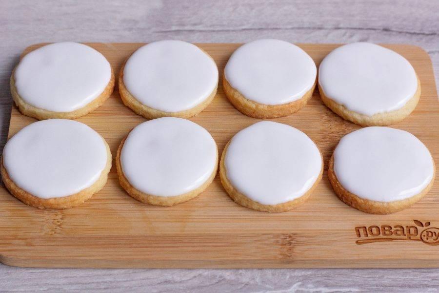 Покрытое глазурью печенье оставьте сохнуть на 5-6 часов, не накрывая крышкой или пищевой пленкой.