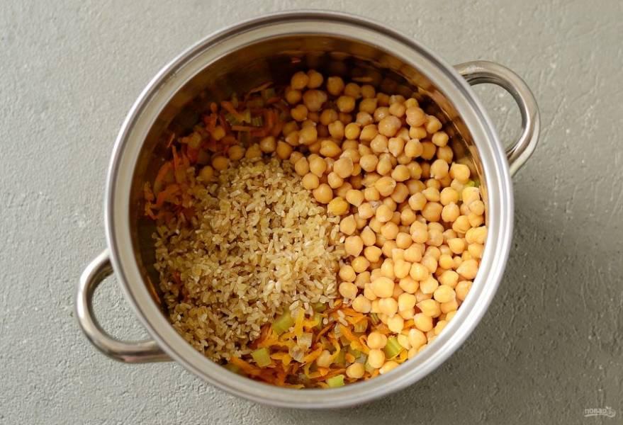 Добавьте нут и промытый рис.