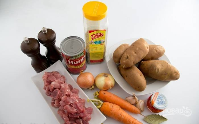 1.Подготавливаю ингредиенты: мясо мою и нарезаю его небольшими кусочками. Чищу картошку, лук и морковь, а также чеснок.