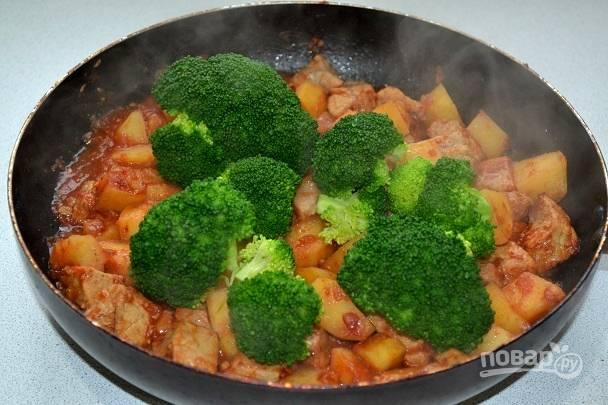 10. За пару минут до готовности блюда отправьте на сковороду брокколи.