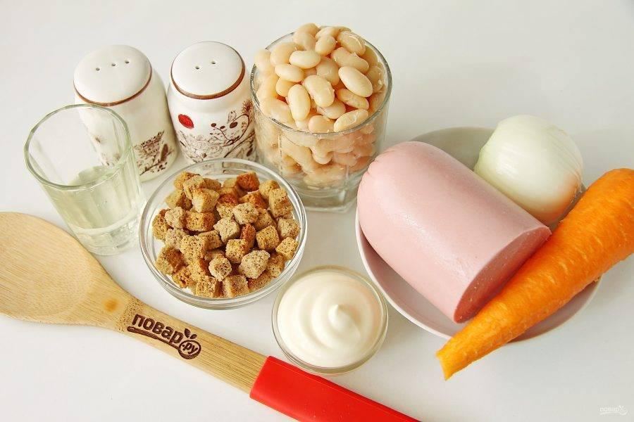 Подготовьте все ингредиенты. Фасоль отварите до готовности заранее или используйте консервированную, предварительно слив с нее всю жидкость. Подойдет как красная, так и белая фасоль.