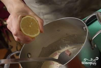 Выдавливаем сок лимона. По вкусу солим и перчим и готово!