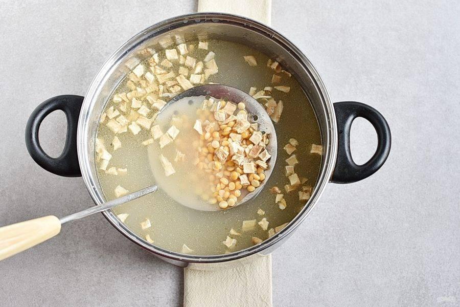 Доведите бульон до кипения, добавьте сушеный корень сельдерея и колотый горох. Варите, снимая пену, до готовности гороха – около часа.
