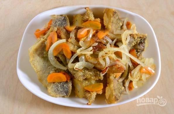 Подавайте жареный минтай, сверху выложив обжаренные овощи. Можно подавать как самостоятельное блюдо или к любому гарниру.