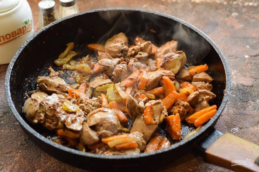 Перемешайте все и готовьте печень под крышкой 8-10 минут. В конце приготовления снимите пробу и отрегулируйте вкус.