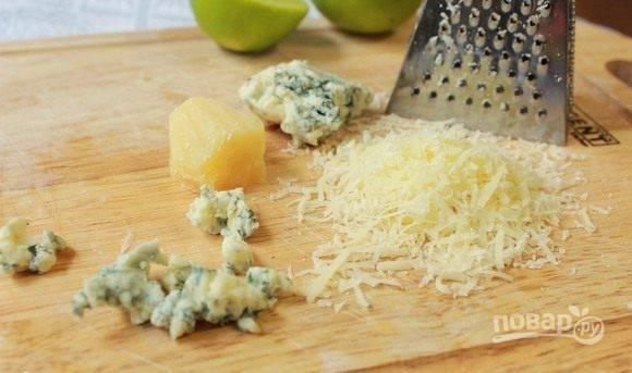 Пармезан натрите на мелкой терке. Сыр с голубой плесенью измельчите при помощи ножа, нарезав его мелкими кубиками.