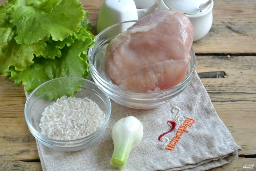 Подготовьте все необходимые ингредиенты. Индейку берите свежую охлажденную, покупайте ее в проверенных местах, чтобы быть уверенными в ее качестве. Пропустите филе индейки через мясорубку или измельчите с помощью кухонного комбайна.