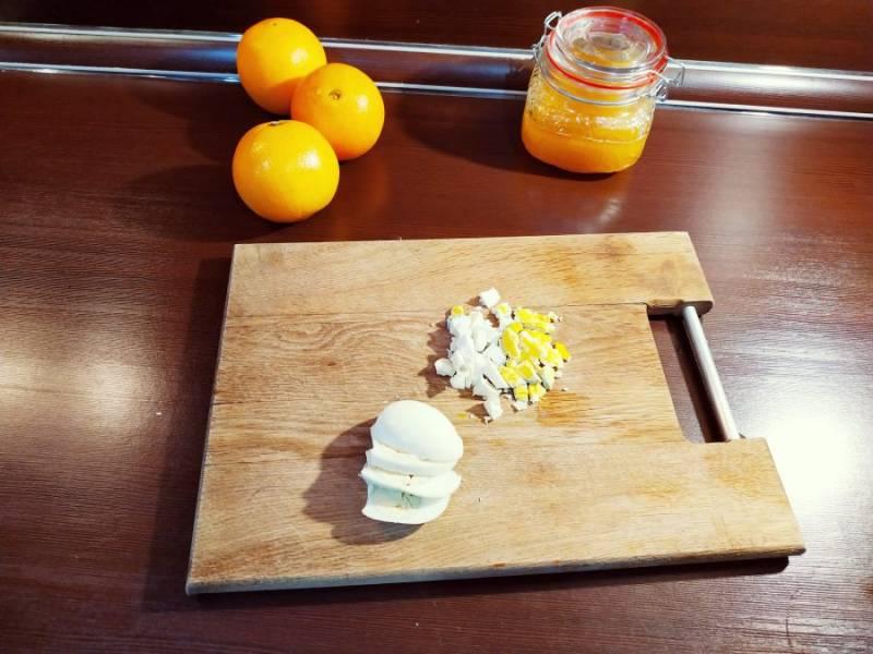 Яйца отварите, а когда они остынут очистите их от скорлупы. Нарежьте яйца мелким кубиком.