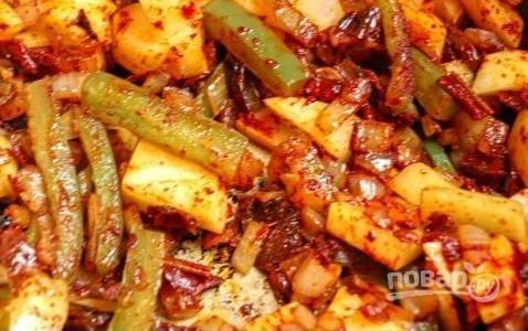 Обжарьте овощи со специями на сковороде (5-10 минут), пока они не станут мягкими.