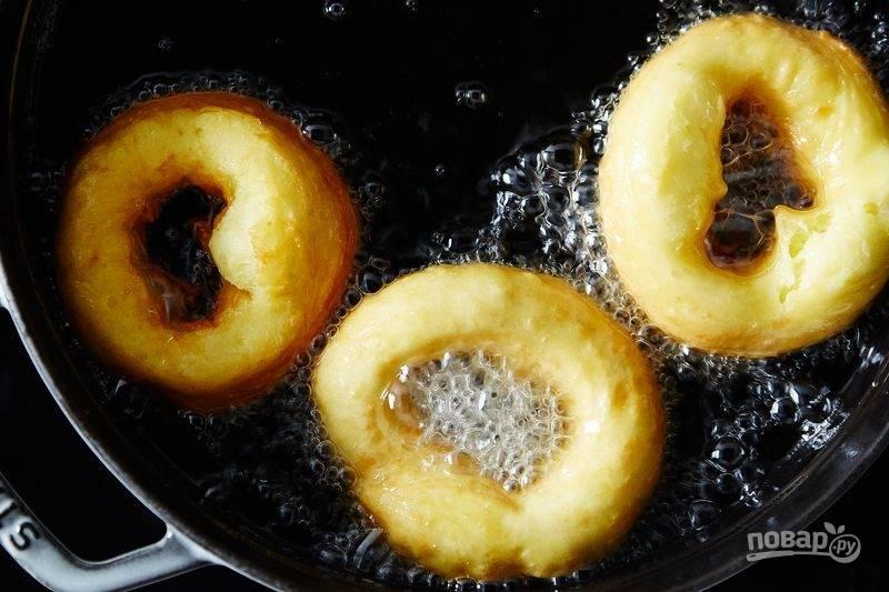 7. Через несколько секунд бумагу можно достать щипцами и жарить пончики из заварного теста до румяности.