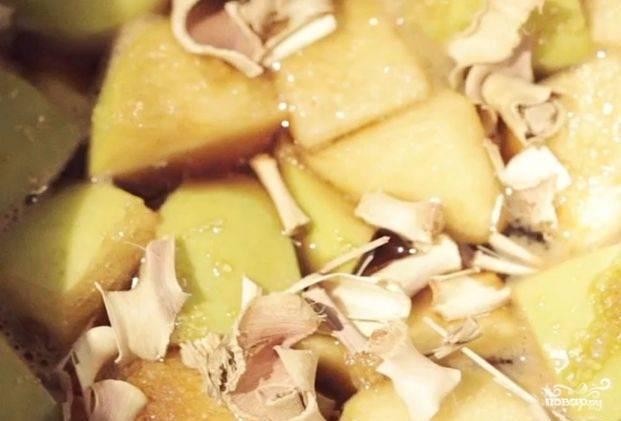 Влейте мирин к вину с соевым соусом. Туда же добавьте имбирь с яблоками. Всыпьте сахар и лемонграсс. Готовьте смесь 4 минуты на среднем огне.