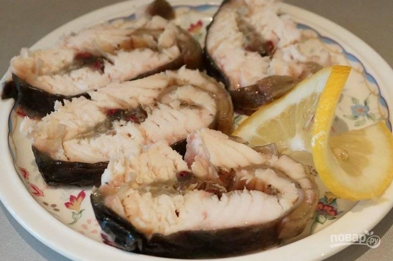8. Когда рыба немного остынет, нарезаем ее и подаем к столу. Можно вместе с нарезанным лимоном.