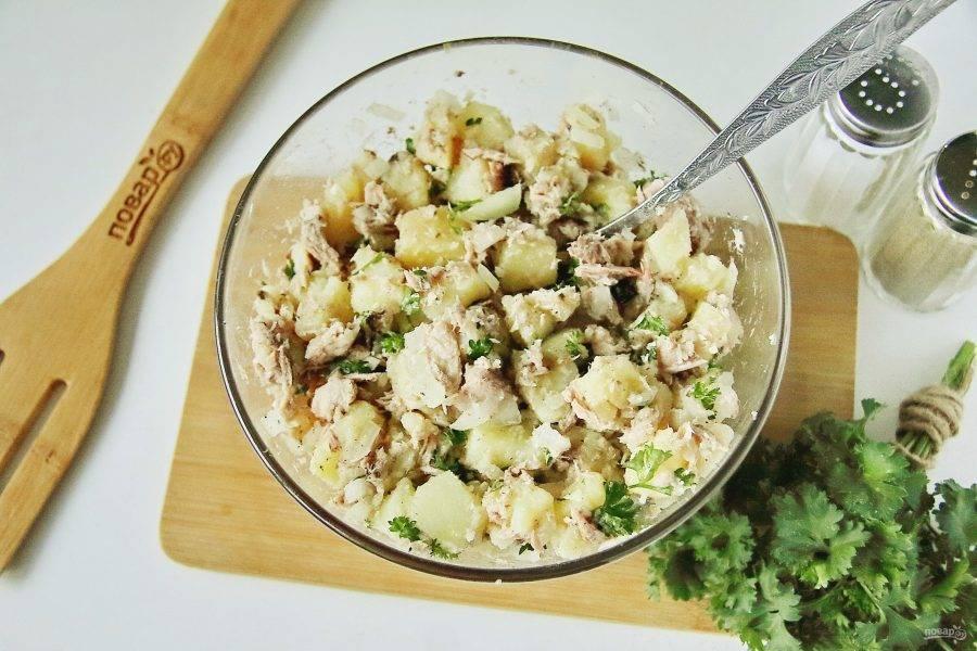 Хорошо все перемешайте. Рыбный салат из консервов с картошкой готов.