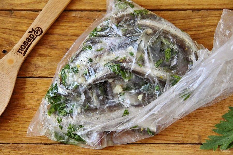 Пакет завяжите и тщательно потрясите руками, чтобы рыба равномерно промариновалась со всех сторон. Оставьте мойву в таком виде на несколько часов, можно оставить на ночь.