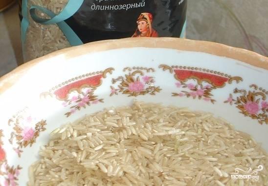 1. Рис тщательно промоем, пока вода не станет полностью прозрачной, потом отцедим и сварим, как указано на упаковке.