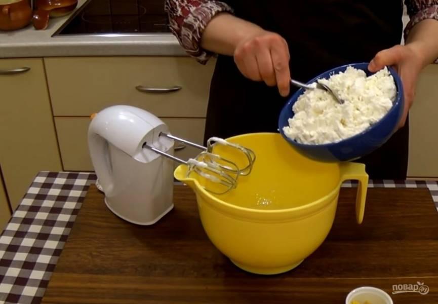 5. Добавьте 2 ст. ложки взбитых белков к маку и перемешайте. Добавьте к желткам 100г сахара и взбейте. Добавьте творог и смешайте миксером на небольшой скорости. Добавьте крахмал, цедру и сливочное масло комнатной температуры. Взбейте миксером.