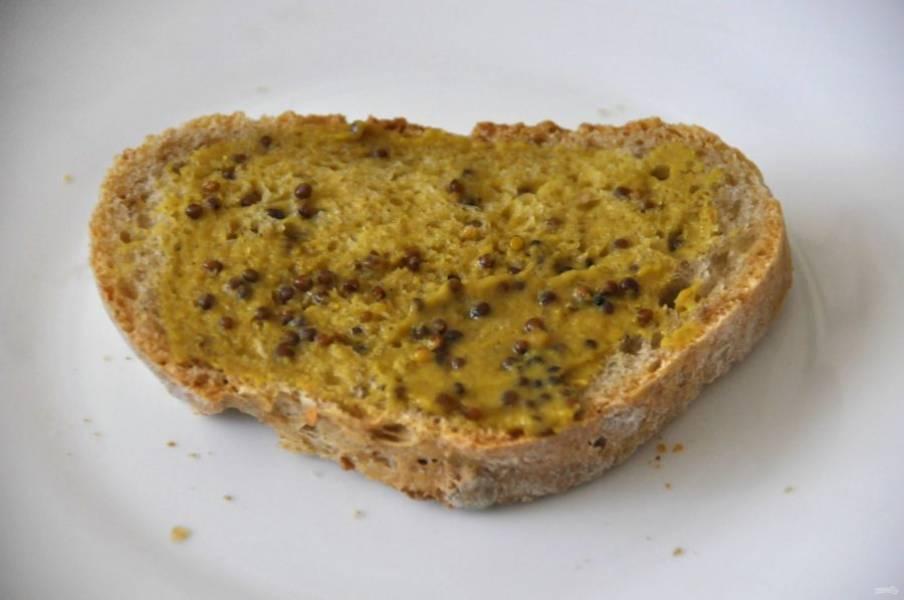 Для второго варианта бутербродов смажьте хлеб дижонской горчицей.