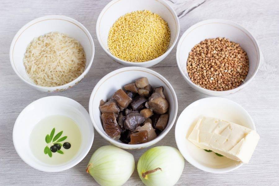 Подготовьте все необходимые ингредиенты, включая соль и перец. Грибы у меня лесные размороженные, уже вареные. Если у вас свежие, то их необходимо предварительно отварить в подсоленной воде 30 минут.