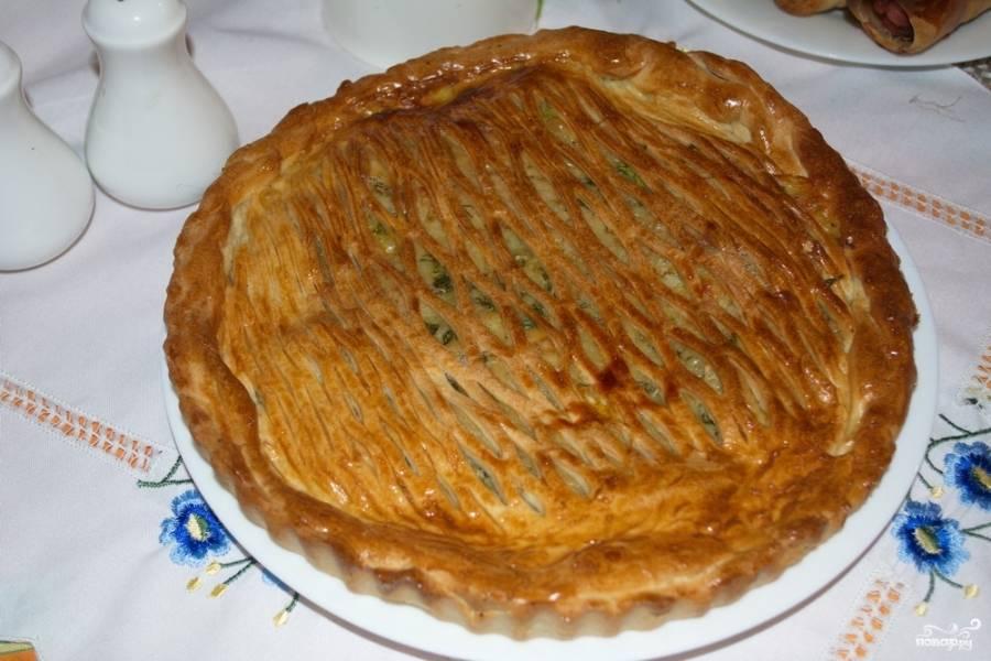 Поверхность сырого пирога смажьте взбитым яйцом. Разогрейте духовку до 180 градусов. Выпекайте пирог до румяности (15-20 минут).